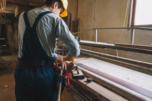 Conceito de carpintaria com homem trabalhando em madeira