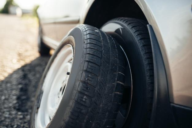Conceito de carro quebrado, substituição da roda sobressalente. problema com veículo, serviço de emergência de pneus
