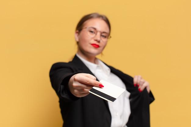 Conceito de cartão de crédito de expressão orgulhosa de mulher jovem e bonita