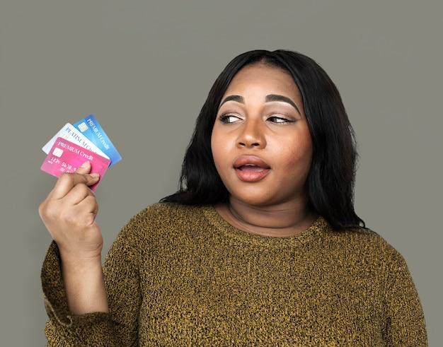 Conceito de cartões de crédito de holdin de mulher