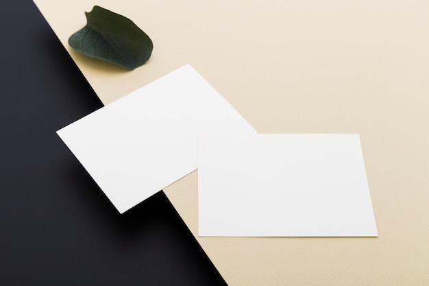 Conceito de cartões de visita em branco de close-up
