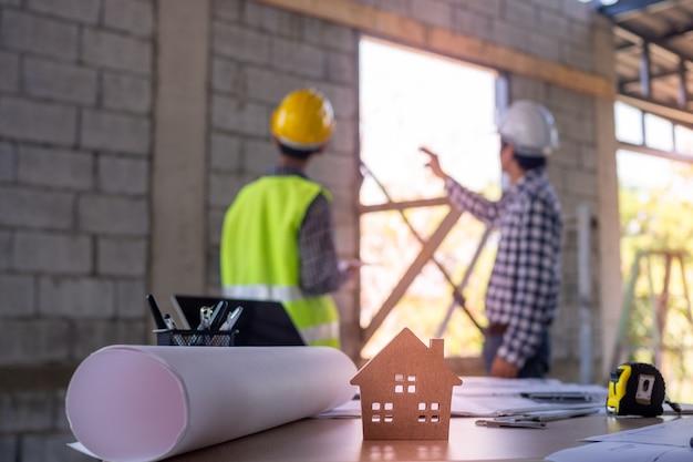 Conceito de casa construção de casa. engenheiros e equipes de empreiteiros estão atualmente discutindo o design da estrutura da casa.