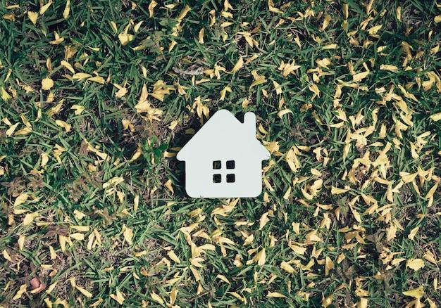 Conceito de casa de papel na grama verde