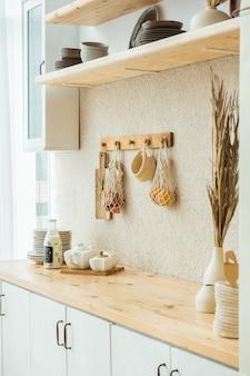 Conceito de casa de resíduos zero. interior de cozinha de cozinha ecológica