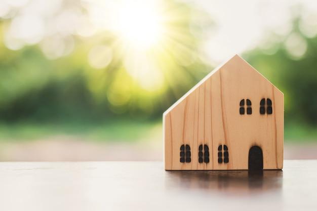 Conceito de casa dos sonhos, modelo de casa de madeira na natureza