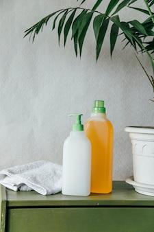 Conceito de casa limpa de detergente para lavagem de louça em plano de fundo