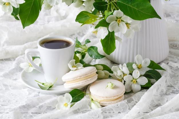 Conceito de casamento com flores de macieira com dois anéis