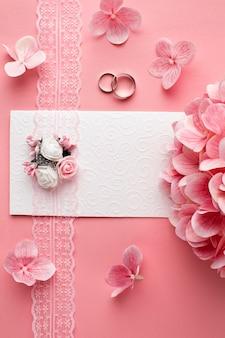 Conceito de casamento de luxo, flores cor de rosa e anéis de casamento
