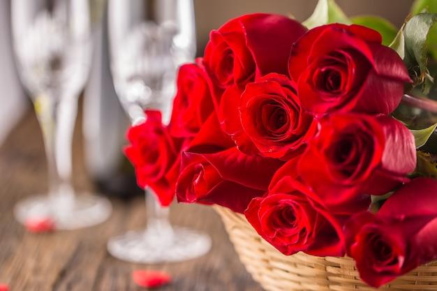 Conceito de casamento do dia dos namorados. buquê de rosas com corações vermelhos na mesa de madeira.