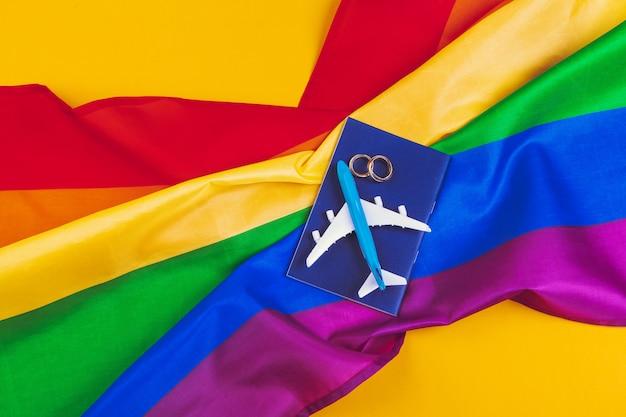 Conceito de casamento gay com bandeira de arco-íris e anéis