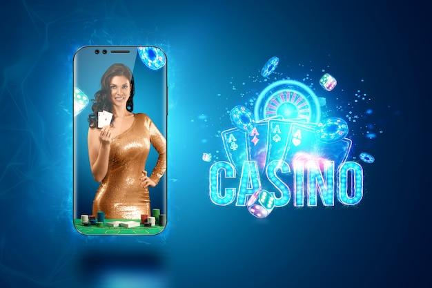 Conceito de casino online, jogos de azar, jogos de dinheiro online, apostas. smartphone e uma linda garota com cartas de jogar na mão. cabeçalho do site, folheto, cartaz, modelo para publicidade.