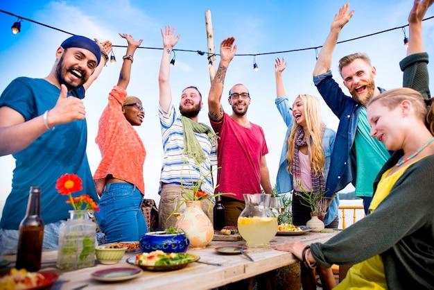 Conceito de celebração de festa de jantar de verão praia