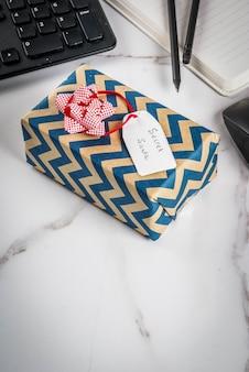 Conceito de celebração de natal do escritório, a idéia de compartilhar presentes secreta papai noel.