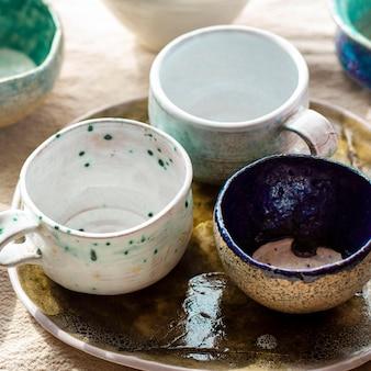 Conceito de cerâmica de tigelas e canecas de alta vista
