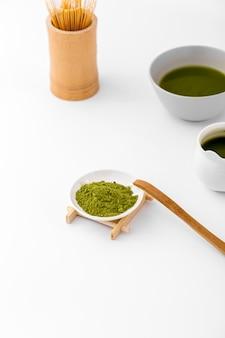 Conceito de chá matcha close-up em cima da mesa