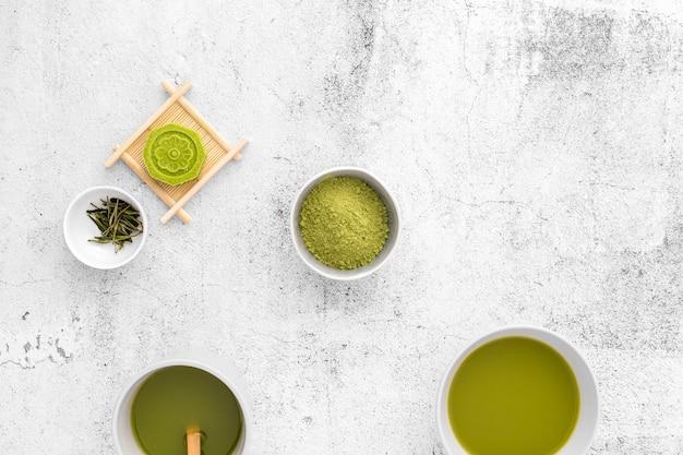 Conceito de chá matcha delicioso em cima da mesa