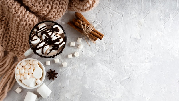 Conceito de chocolate quente delicioso com espaço de cópia
