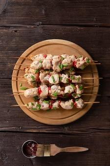 Conceito de churrasco com delicioso kebab fresco em espetos de madeira