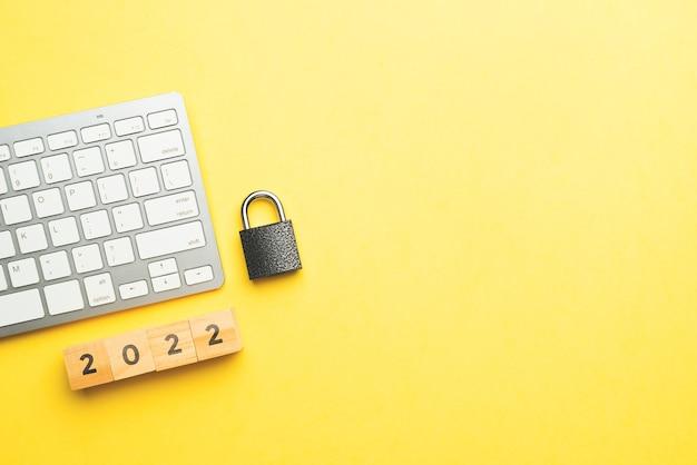 Conceito de cibersegurança na internet com fechadura e teclado com espaço de cópia