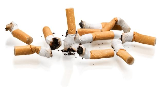 Conceito de cigarros isolado em fundo branco