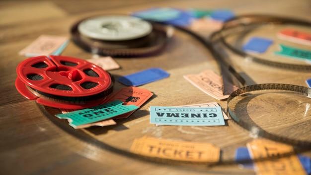 Conceito de cinema com carretel e bilhetes