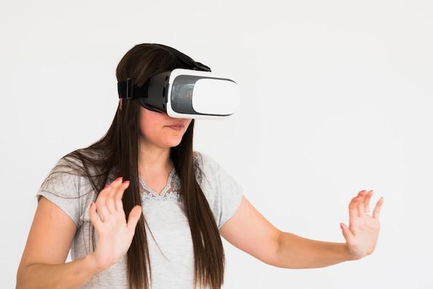 Conceito de cinema com mulher usando óculos vr