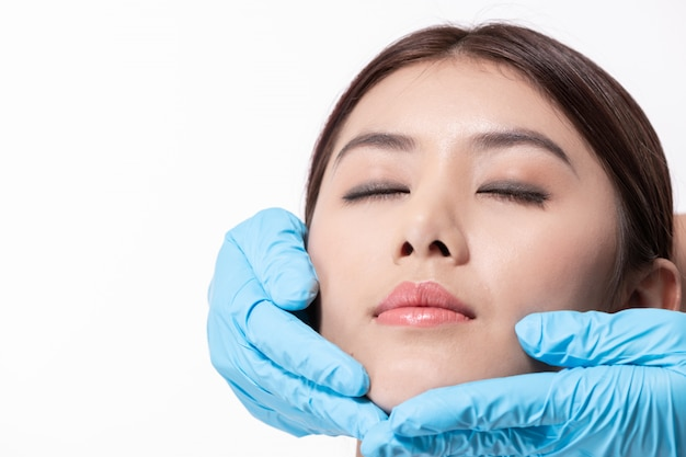 Conceito de cirurgia. mulher bonita asiática fazendo cirurgia facial.
