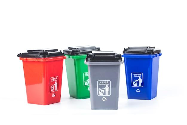 Conceito de classificação de lixo, latas de lixo plásticas coloridas isoladas no branco