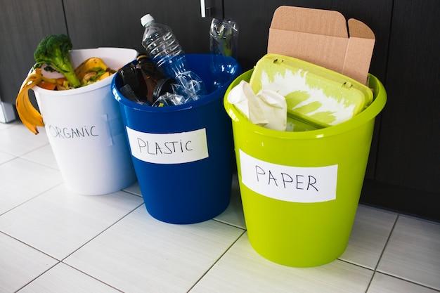 Conceito de close-up. classifique o lixo em casa. existem três baldes para diferentes tipos de lixo. classifica resíduos na cozinha