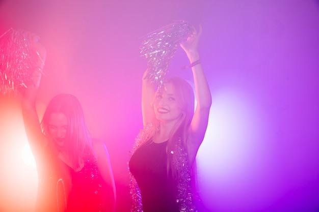 Conceito de clube com dançarina