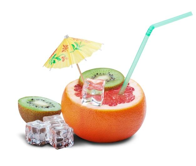 Conceito de cocktail de toranja em fundo branco. trajeto de grampeamento