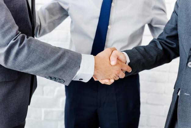 Conceito de colaboração de aperto de mão de equipe de negócios