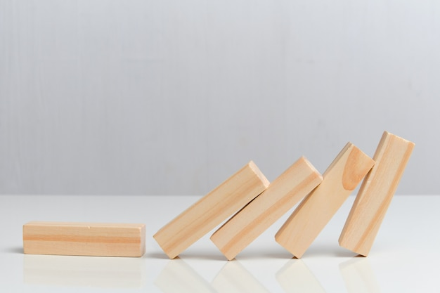 Conceito de colapso do negócio. blocos de madeira em um espaço em branco.