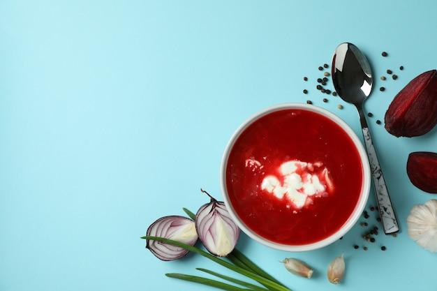 Conceito de comer saboroso com borscht e ingredientes no azul