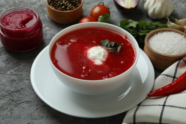Conceito de comer saboroso com borscht na parede cinza