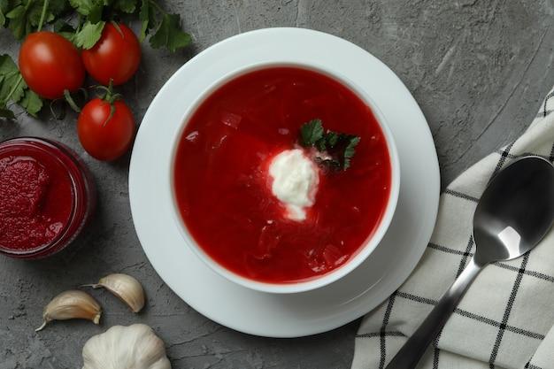 Conceito de comer saboroso com borscht no cinza