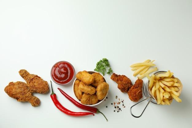 Conceito de comer saboroso com frango frito no fundo branco