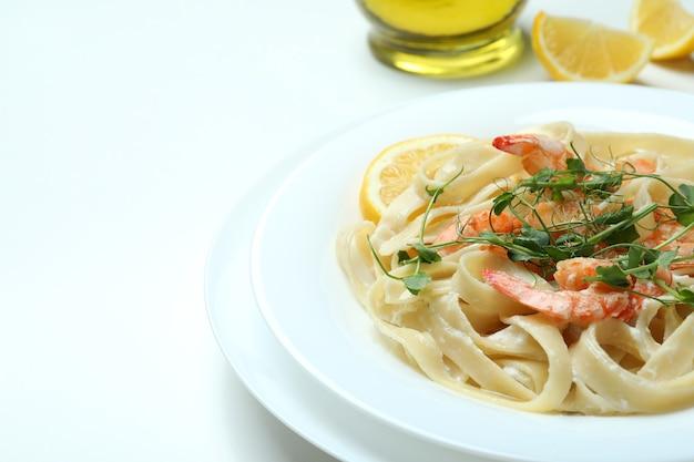 Conceito de comer saboroso com macarrão de camarão no fundo branco