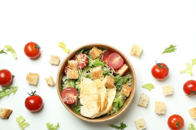 Conceito de comer saboroso com salada caesar em fundo branco