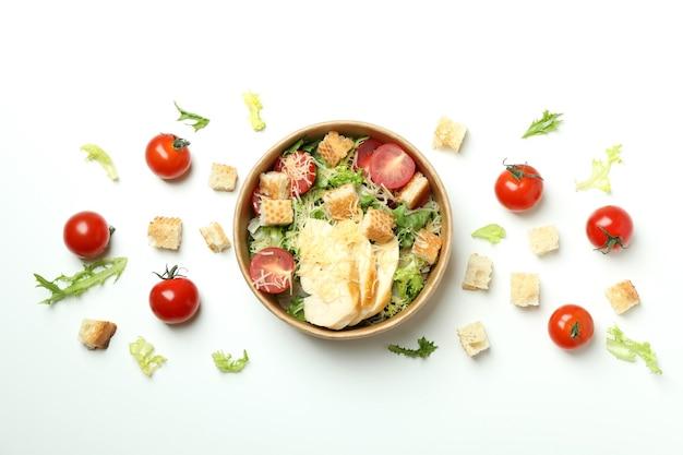 Conceito de comer saboroso com salada caesar no branco