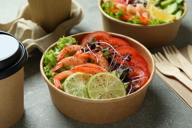 Conceito de comer saboroso com salada de camarão, close-up