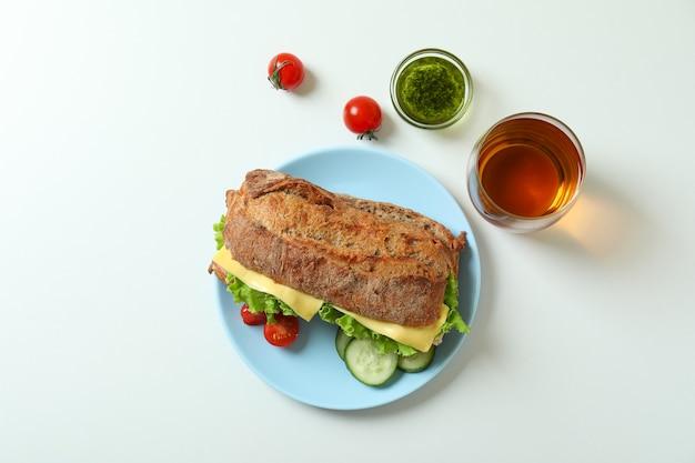 Conceito de comer saboroso com sanduíche de ciabatta no fundo branco