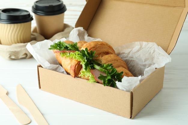 Conceito de comer saboroso com sanduíche de croissant, close-up