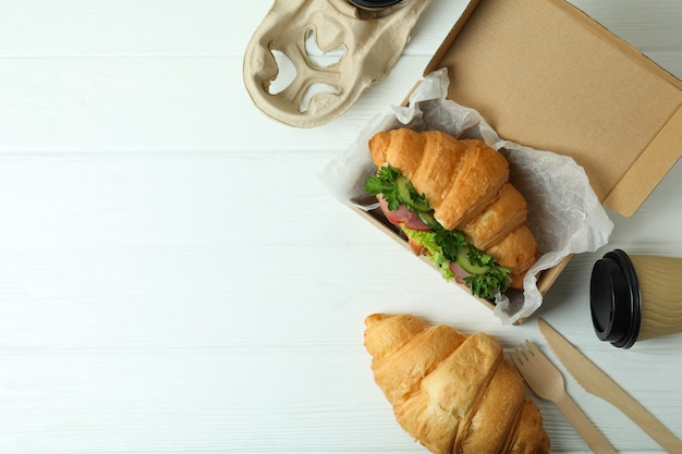 Conceito de comer saboroso com sanduíche de croissant