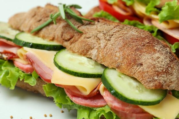 Conceito de comer saboroso com sanduíches de ciabatta, close-up