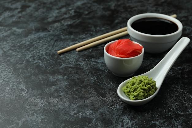 Conceito de comer sushi na fumaça preta