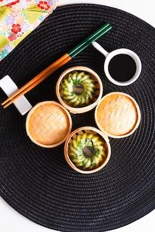 Conceito de comida asiática caseira dim sum vapor cebolinha bolinhos de alho em dim sum cesta de bambu