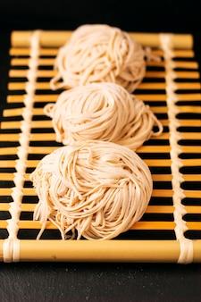 Conceito de comida asiática caseira uncook macarrão de ovo oriental na bandeja de bambu com espaço de cópia