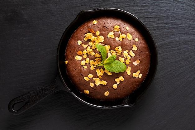 Conceito de comida brownies caseiros cozido em frigideira de ferro fundido com espaço de cópia
