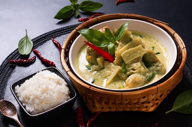 Conceito de comida caseira asiática frango tailandês e bambu bebê verde curry e arroz